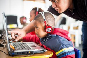 Enfant étudiant sur un ordinateur de The Click Foundation