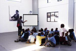 Enfants suivant un cours à The Good Work Foundation, soutenue par ArtAngels Africa