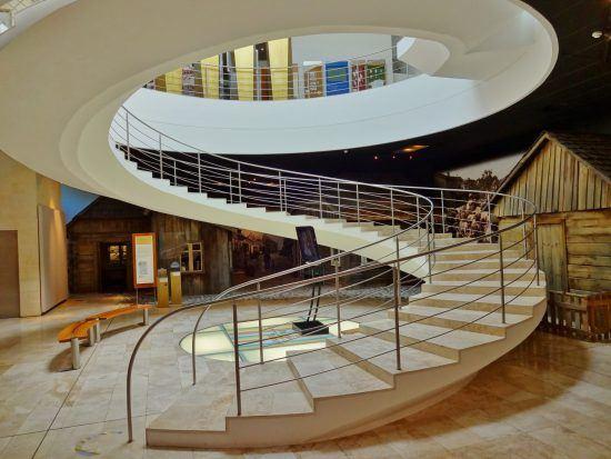 eine runde weiße Treppe in einem Museum