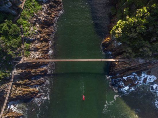Kanufahrer fährt unter der Stormsriver Bridge hindurch - Die Garden Route in sechs Tagen