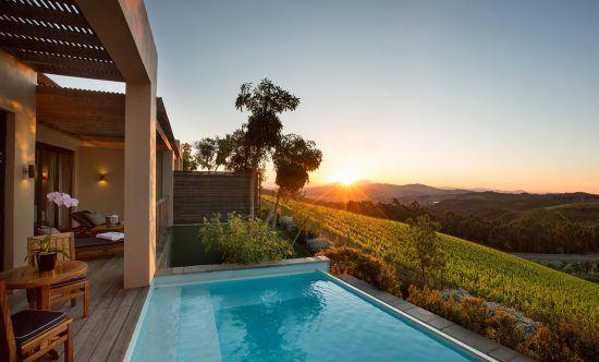 Weinfarm bei Kapstadt: Pool mit Aussicht auf die Weinberge bei Delaire Graff