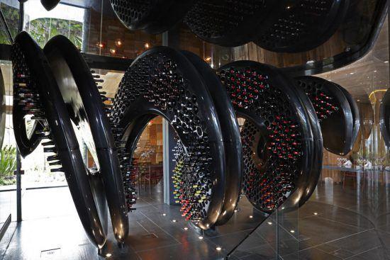 Escultura em formato de saca-rolhas na Galeria de Vinhos da Ellerman House.