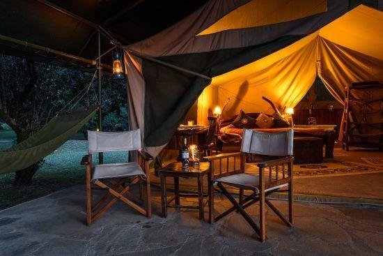 Zwei Sessel und ein Tisch for einem Schlafzimmer in einem Zelt