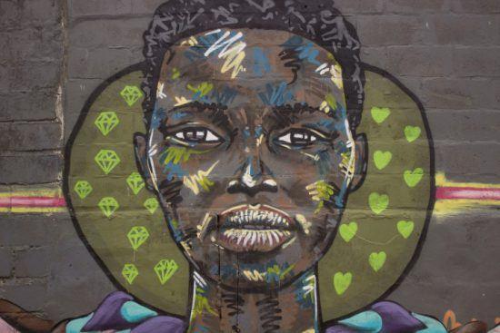 Straßenkunst in Langa: Portrait einer Frau - Townshiptour in Südafrika