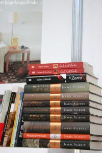 Pila de libros de la escritora chilena Isabel Allende