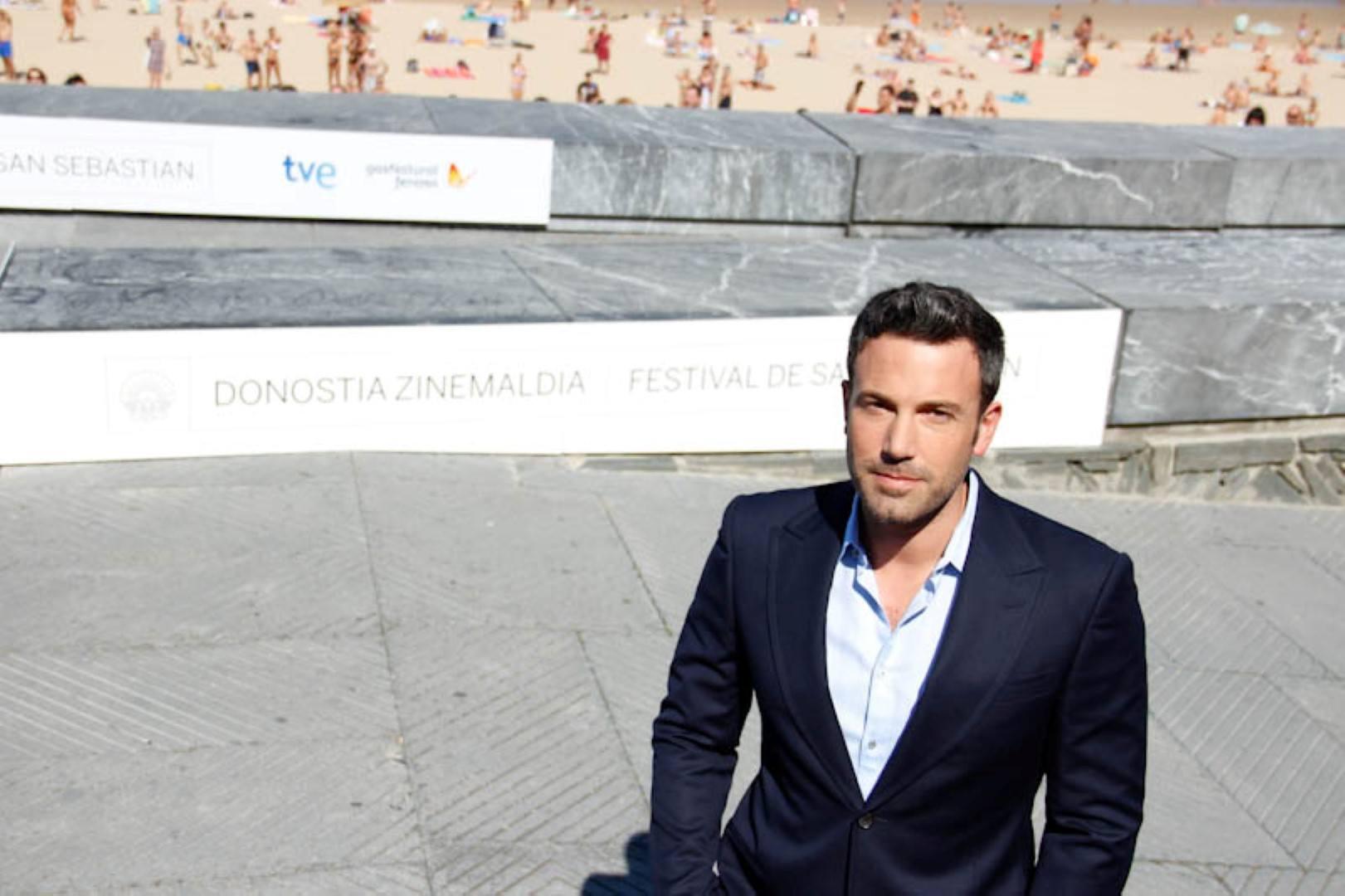 Ben Affleck vor einer Betonmauer, dahinter ist ein Strand