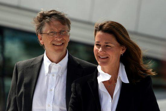 Nahaufnahme von einem Mann und einer Frau, beide mit weissem Hemd und schwarzem Blazer