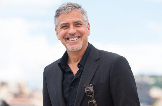 George Clooney in einem schwarzen Anzug