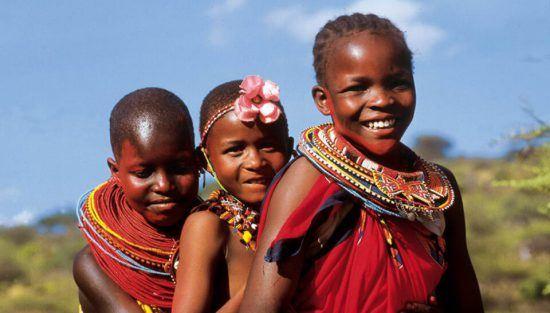 Niños Masái con su típica vestimenta