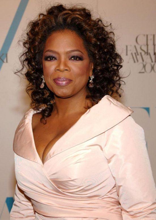 Oprah Winfrey in einem weißen Kleid
