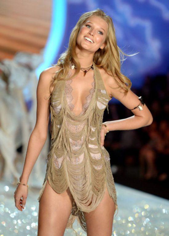 Ein blondes Modell am Laufsteg mit beigem Kleid
