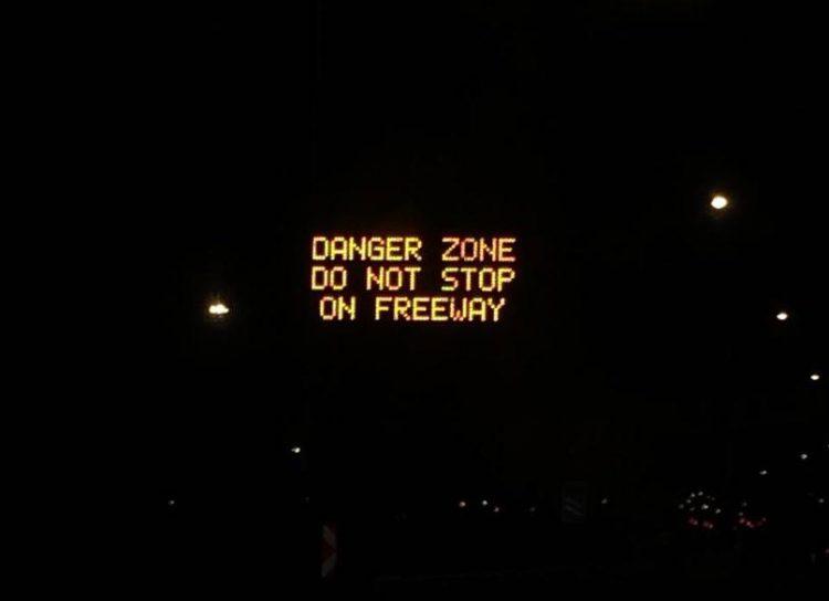 Panneaux à la sortie de l'aéroport du Cap sur la N2.