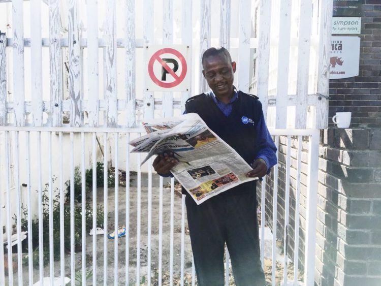 Sécurité au Cap : agent de sécurité en face des bureaux de Rhino Africa.