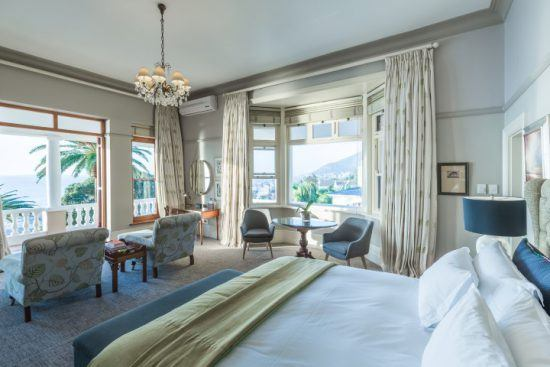 Schlafzimmer in hellen Tönen und mit edler Einrichtung im Ellerman House