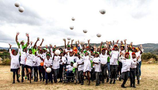 """Kinder des GWF-Programms """"Kids in Park"""" werfen Fußbälle in die Luft"""