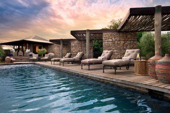 Ein Pool und Sonnenliegen