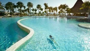 Piscine de l'hôtel Lux Belle Mare, un choix parfait pour combiner safari et plage