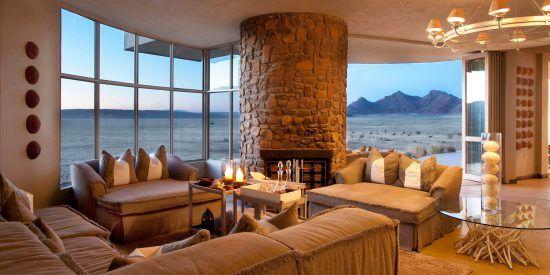 Aussicht und gemütlicher Gästebereich in der &Beyond Sossusvlei Desert Lodge