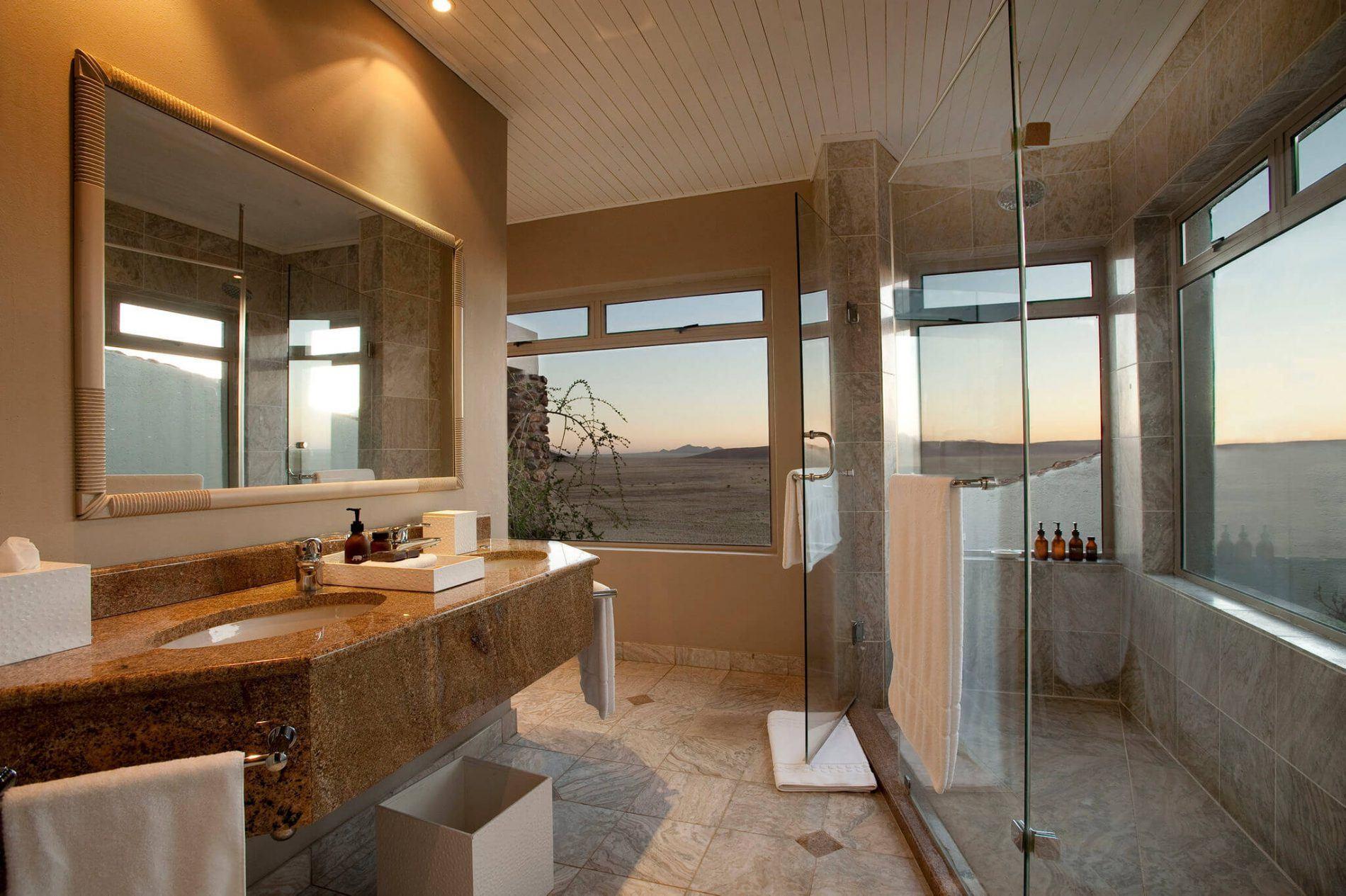 Badezimmer mit Aussicht in der &Beyond Sossusvlei Desert Lodge