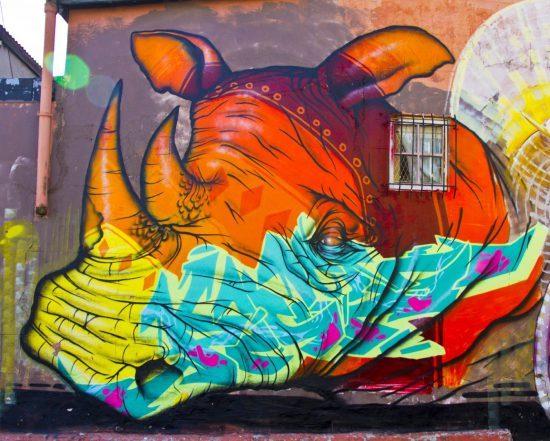 Geheimtipps in Kapstadt: Graffiti eines bunten Nashorns in Woodstock