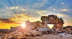La ventana de Isalo, una famosa formación rocosa en Madagascar