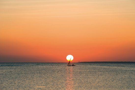 Un velero cruza el mar de Zanzíbar, Tanzania.