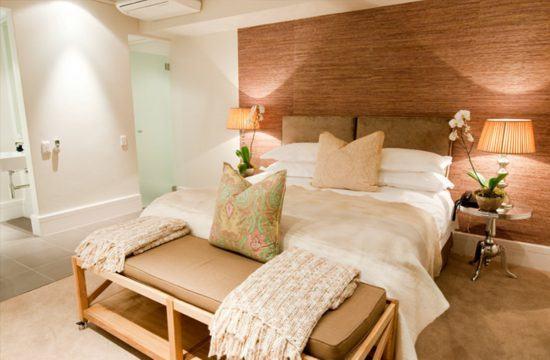 Ein Bett, daneben eine Glastür richtung Bad