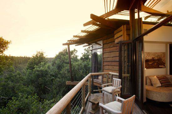 Eine Terrasse mit zwei Sesseln und Wald