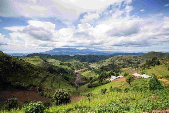 Colinas verdes y montañas te esperan en esta región de Uganda