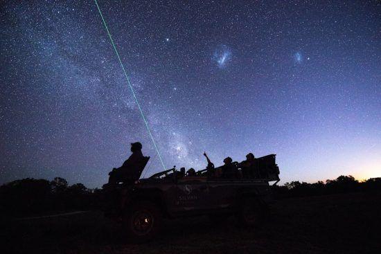 Sternebeobachten während einer Pirschfahrt der Silvan Safari Lodge