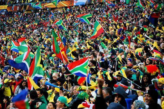 Südafrikanische Fußballfans feiern bei der WM 2010 im Stadion