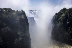 """Cataratas Vitória são conhecidas como Mosi-o-Tunya em tonga, que em português significa """"fumaça que troveja"""""""