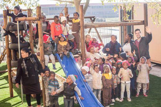 Viele Kinder auf einem Spielplatz