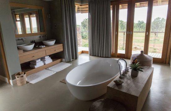Banheiro da suíte master de Mhondoro Villa