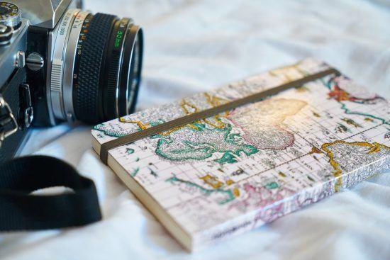 Eine Kamera neben einem Notizbuch