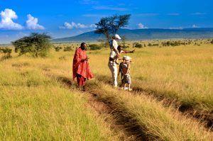 Safari avec enfant en compagnie d'un homme maasaï en Tanzanie
