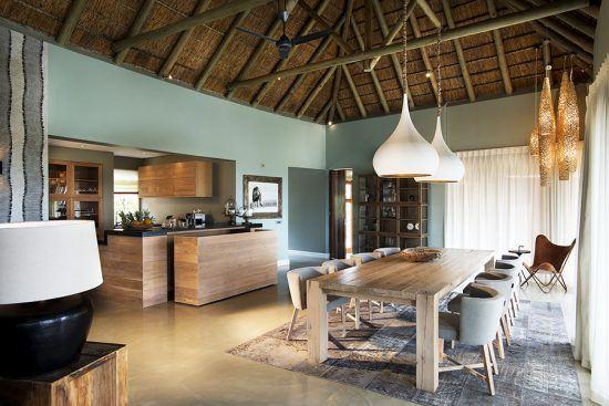Área de jantar e cozinha da villa privativa de Mhondoro Villa. Foto: Rhino Africa