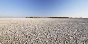 Lago hecho de sal en los salares de Makgadikgadi, en Botsuana
