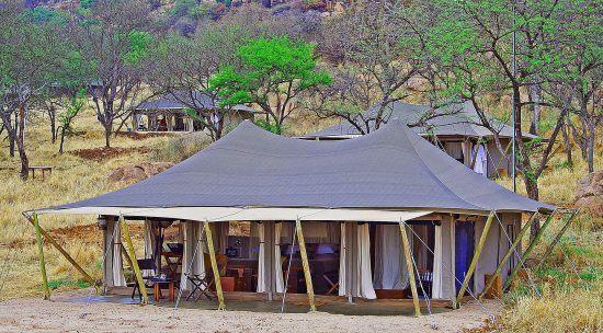 Ein großes Zelt in der Savanne Tansanias