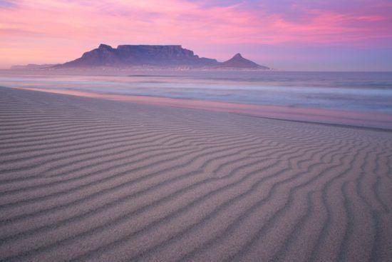 Die Silhouette des Tafelbergs vor einem rosa-lila Himmel