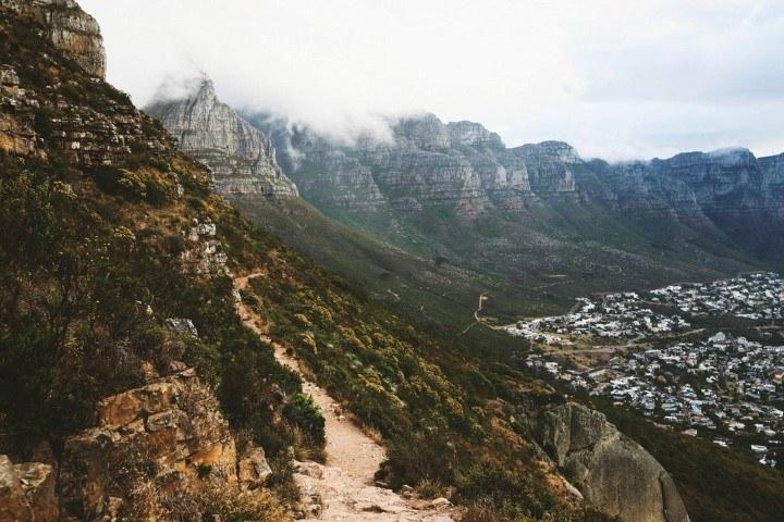 Blick auf den von Wolken bedeckten Tafelberg vom Lion's Head aus