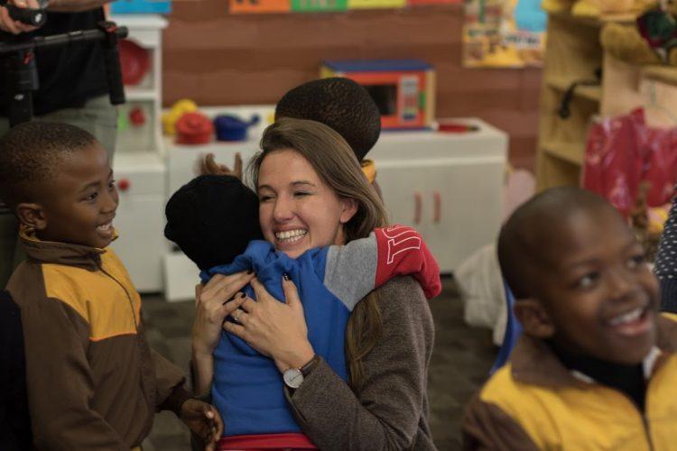 Daniella, responsable du comité Khumbulani, en pleine session tendresse avec les enfants du centre - bénévolat au Cap.