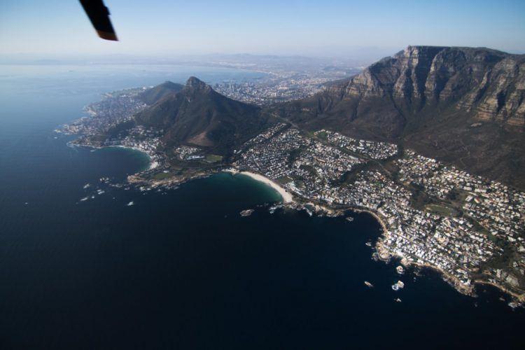 Tour en hélicoptère au dessus de la ville du Cap et vue sur la baie de Camps Bay.