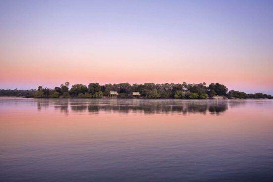 Aussicht bei einer Bootstour auf dem Sambesi während des Sonnenuntergangs