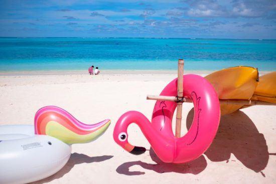 Bunte Schwimmreifen an einem Strand in Sansibar