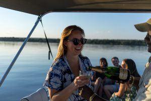 Chica bebiendo champgne en un crucero