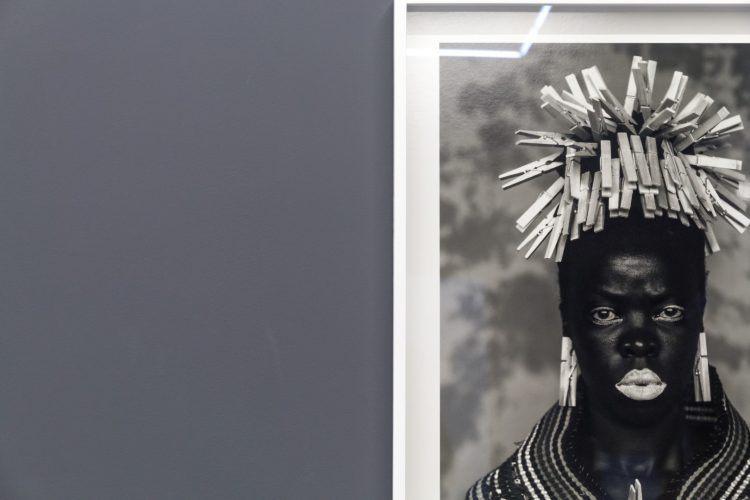 Zanele Muholi, artiste sud-africaine et photographe, exposant son oeuvre Somnyama Gonyama au musée Zeitz MOCAA du Cap.