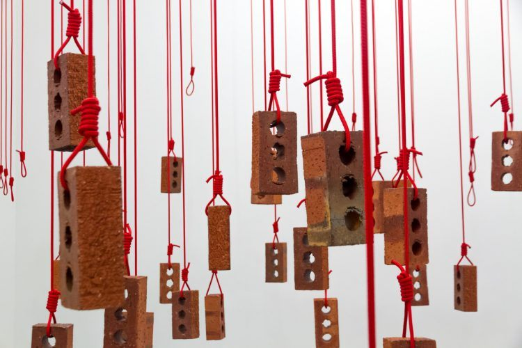 Kendell Geers et son oeuvre au Zeitz MOCAA musée d'art contemporain du Cap