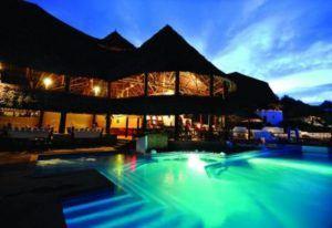 Beleuchteter Pool des Mapenzi Beach Club