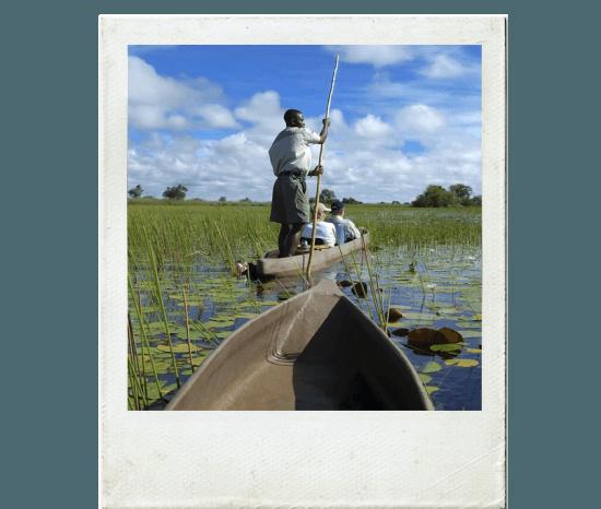 Delta do Okavango pode ser explorado a bordo de um mokoro, uma canoa tradicional da região